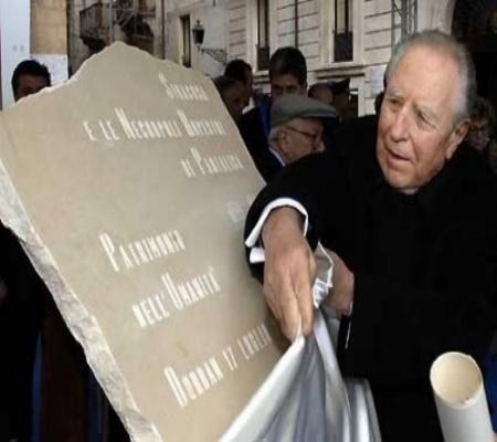 Il presidente della repubblica Carlo Azeglio Ciampi scopre la targa dell'Unesco a Piazza Duomo a Siracusa