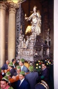 Il simulacro di Santa Lucia durante l'uscita dal Duomo