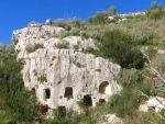 Le grotte di Pantalica scavate sulle pareti calcaree a strapiombo